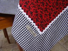 Mantel tela estampada roja/negro borde cuadros c/zig zag blanco