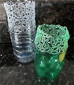 Auf diese Seite erkennen Sie, wie kann man selber eine einfache Vase aus Plastikflasche basteln. Die Anleitung befindet sich hier, schauen Sie mal.