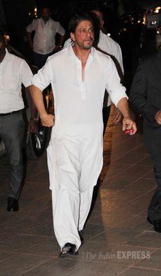 Shah Rukh Khan looks somber as he arrives at prayer meet of Juhi Chawla's brother. Wedding Kurta For Men, Wedding Dresses Men Indian, Wedding Dress Men, Wedding Sherwani, Kurta Pajama Men, Kurta Men, Mens Indian Wear, Indian Men Fashion, Saif Ali Khan Kurta