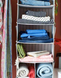 Závesný úložný diel SVIRA v otvorenej šatníkovej skrini