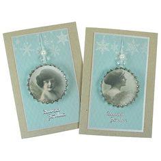Leikkaa kuviopaperista ympyrä leikkurin avulla ja kiinnitä se liimalakan avulla isoon metalliseen korkkiin. Koristele helmillä. Kiinnitä kaunis enkelikoriste joulukorttiin.