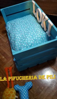 cama de madera para perro Se puede personalizar a tu gusto, tanto en el elcoplor der fondo, como en la decoración o las telas para el cojin. Además todas llevan un mini cojín , el de esta en forma de hueso, que se puede hacer con la forma que más te guste