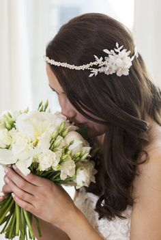 Hvit brudebukett med peoner som hovedblomst. Crown, Weddings, Jewelry, Fashion, Moda, Corona, Jewlery, Jewerly, Fashion Styles