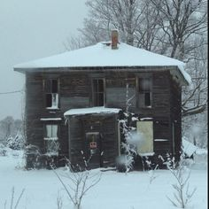 I love this house - it is starting to cave in now. Scary Houses, Haunted Houses, Abandoned Houses, Abandoned Places, Boyne City, Old Farm Houses, Old Buildings, Ghost Towns, Schools