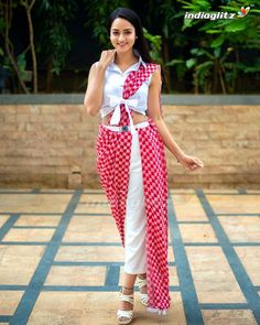 Have a look at the latest blouse designs trends for this year. Stylish Blouse Design, Fancy Blouse Designs, Saree Blouse Designs, Saree Wearing Styles, Saree Styles, Stylish Sarees, Stylish Dresses, Modern Saree, Saree Trends
