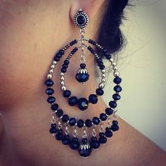 Brinco prateado com cristais e strass preto. Wire Jewelry, Boho Jewelry, Beaded Jewelry, Jewelery, Jewelry Design, Fashion Jewelry, Bead Earrings, Chandelier Earrings, Crystal Earrings
