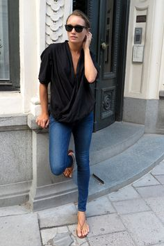 Simple sandals loose blouse and skinny jeans