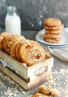 עוגיות שיבולת שועל טבעוניות Vegan Desserts, Vegan Recipes, Vegan Food, Healthy Food, Vegan Oat Cookies, Cookie Recipes, Dessert Recipes, Mini Cakes, Cake Cookies