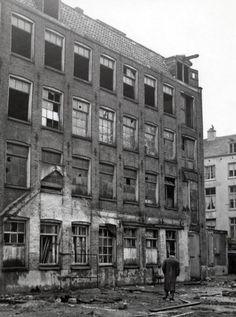Nasleep Tweede Wereldoorlog. Nederland. Achterzijde van de Hollandsche Schouwburg in Amsterdam. Vanuit dit gebouw zijn duizenden Joden op transport gezet naar Duitsland waarvan zij niet zijn teruggekeerd. De voor gevel van het het gebouw is gerestaureerd als verzetsmonument, het achtergedeelte is afgebroken. In het midden gedeelte is een nieuwe schouwburg gebouwd.1951, Amsterdam.