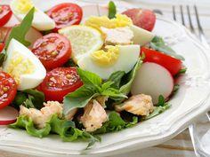 Wiosenna sałatka z rzodkiewką, łososiem i jajkiem Caprese Salad, Cobb Salad, After Workout Food, Alaska Seafood, Clean Eating, Healthy Eating, Veggies, Health Fitness, Healthy Recipes