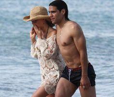 Falcao descansa en las playas de Miami junto a su mujer, Lorelei Tarón #futbolistas #football #soccer