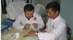 Bác sĩ Trần Chí Cường đang hướng dẫn một bác sĩ nước ngoài về kỹ thuật can thiệp nội mạch thần kinh- ảnh L.N