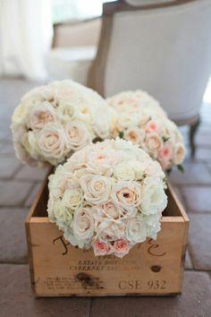 bouquet de mariée rond avec rosess blancs
