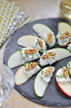 Pomme, fromage frais aux herbes et noix - My list of the most healthy food recipes Aperitivos Finger Food, Comidas Light, Thanksgiving Snacks, Thanksgiving Sides, Snacks Für Party, Appetisers, Healthy Treats, Healthy Salads, Food Presentation