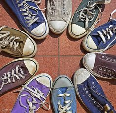 Converse Chuck Taylor's never go out of style. wore different colors on each foot Chuck Taylors, Converse Chucks, Converse All Star, Cheap Converse, Colored Converse, Converse Classic, Gestalt Laws, Satisfying Pictures, Oddly Satisfying