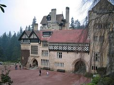 The country house Cragside, Northumberland, England. The building was the first in the world to be lit by hydro-electricity, and the first to be lit by Joseph Swan's newly invented incandescent light bulbs in 1880 North East England, English Tudor, Tudor House, Tudor Style, Cumbria, Architectural Digest, Kirchen, British Isles, Historic Homes