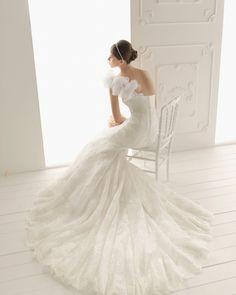 RAIN - Lace dress with beadwork, in ecru  T50 Pearl tiara, in ecru