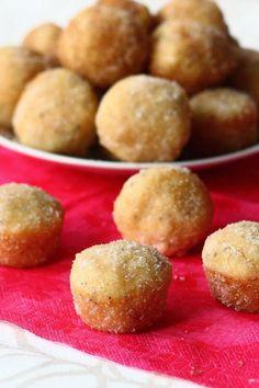 Tässä hieman ideoita Vapun leivonnaisiin, eli vaatimattomasti sanottua ohje maailman parhaisiin donitseihin uunissa! Blogistani löytyy jo ennestään uunissa paistettavien donitsien ohje, mutta muokkasin sitä hieman. Vaikka edellisenkin ohjeen mukaan tehdyt donitsit olivat todella ihania, nämä suorastaan vievät kielen. Suussasulavan pehmeitä ihania pikkupalluroita! Nämä vain ovat niiiiin hyviä..! Donitseja varten myydään donitsipeltejä, joissa donitsit saa sellaisiksi … Goodies, Potatoes, Baking, Vegetables, Breakfast, Desserts, Food, Halloween, Sweet Like Candy