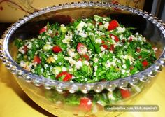 Tabbouleh – svjetski poznata libanonska salata, sigurno spada u jela koja treba uključiti u naše menije. To je prvo libanonsko- arapsko jelo koje sam posvojila i nudim ga gostima, osobito ljeti, već niz godina.  U mojoj kombinaciji, peršinu je dodana rukola, što nije čudno jer se može dodavati zelena salata. Nezaobilazni sastojak tabulea jest bulgur, lomljena pšenica, koja se u posljednje vrijeme može i kod nas kupiti.