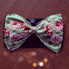 DIY Bow Bandeau  I don't know about you, but I want this in a bathing suit....