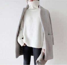 Un col roulé blanc avec un manteau gris en laine