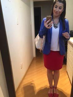 Cores no look do escritório: saia lápis vermelha, sapatilha vermelha, blazer azul, camiseta branca, maxi colar e bolsão neverfull. Amei!
