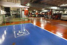 Parking con zonas reservadas para personas con necesidades especiales, vehículos familiares, etc