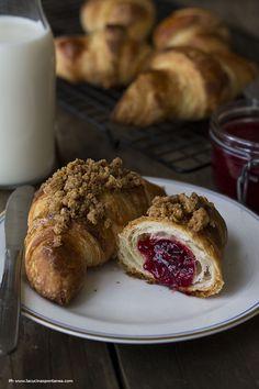 Un classico della pasticceria francese, presentato in due differenti versioni: le croissant