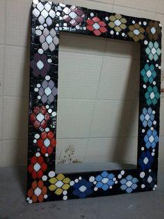 Moldura de espelho feita com pastilhas de vidro e as bolinhas brancas em azulejo, by sueli Cemin