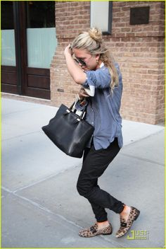 Mary-Kate adds just a touch of leopard to her ensemble.  #marykateolsen #olsen #leopard