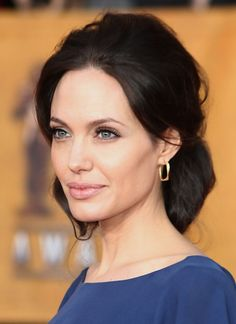 Angelina Jolie Loose Bun - Angelina Jolie paired her dark blue dress with a loose updo and dangling gold earrings. Loose Buns, Loose Updo, Jolie Pitt, Le Jolie, Jessica Chastain, Blake Lively, Angelina Jolie Hair, Dark Autumn, Hair Pictures