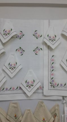 This Pin Was Discovered By Palestinian Embroidery, Cross Stitch Rose, Bargello, Lace Embroidery, My Images, Diy And Crafts, Tablecloths, Napkins, Cross Stitch Embroidery