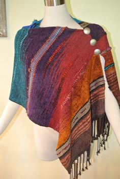 This is a little easy-to-wear southwestern-style ponchito-- meaning a small pull-over poncho. Soft and drapey, handwoven in a Saori-style weaving. Basic Fashion, Diy Fashion, Weaving Patterns, Knitting Patterns, Loom Weaving, Hand Weaving, Mode Hippie, Chenille, Weaving Techniques
