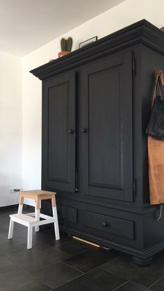 Antique Furniture schwarzer Schrank Missing Child: Don't Be The Next Statistic There is nothing that Upcycled Furniture, Vintage Furniture, Painted Furniture, Diy Furniture, Armoire Makeover, Furniture Makeover, Black Cabinets, Cozy House, New Homes