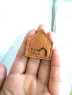 レザー マグネット モミーモス ネオジウム磁石使用のレザーマグネットです 冷蔵庫などにペタッと貼っていただけます  写真2の4つセットの値段です  表)茶色レザーopucopuロゴ 2  モミーモス顔 2  裏) 焦げ茶色レザー 無地