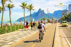 Imagem de uma pessoa andando de bicicleta na ciclovia de Ipanema.