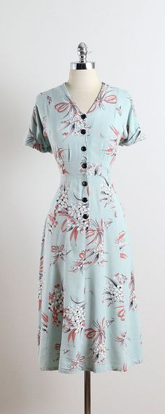 LILY OF THE VALLEY ➳ vintage dress * soft blue linen * lily of the valley bouquet print * blue button front closure condition excellent fits like l/xl Retro Mode, Vintage Mode, Style Vintage, Vintage Inspired, Vintage Fur, Vintage Outfits, Vintage Dresses, Vintage Clothing, 1940s Fashion