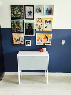 Piet Hein Eek 101 kastje. Deurtjes in Flexa Early Dew. Op de muur lambrisering geverfd in Flexa Blueberry Dream.