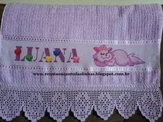 Toalha bordada em ponto cruz - Gatinha com barrado de crochê