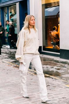 Discover Minimalistic Outfit Ideas for Fall. All white minimalistic look for… Discover Minimalistic Outfit Ideas for Fall. All white minimalistic look for fall winter All White Outfit, White Outfits, Warm Outfits, Spring Outfits, Autumn Outfits, Spring Clothes, Winter Trends, Ootd, Models