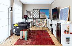 Um tapete oriental sobreposto a outro de taboa, um clássico sofá Chesterfield e uma escultura de martelos. Junte tudo isso e adicione uma poltrona estampada. A mistura é o segredo desta sala, decorada pelo arquiteto Mauricio Arruda