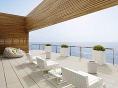 Terrazzo moderno sul mare - Arredi in total white e dal design essenziale per arredare il terrazzo moderno