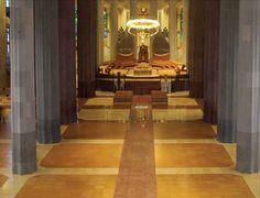 La Sagrada Famila, Barcelona Spanien. La Sagrada Familia ist eine bekannte Basilika in Barcelona. Sie wurde von Spaniens berühmtesten Architekten, Antoni Gaudí, entworfen und ist ein UNESCO Weltkulturerbe. Durch die Vielzahl an Besuchern muss der Boden geräuschreduzierend sein, sodass die Ruhe innerhalb der Kirche aufrechterhalten wird. Der Korkboden garantiert die Reduktion von Lärm und kann der hohen Anzahl an Besuchern standhalten.  Quelle: Amorim #Kork