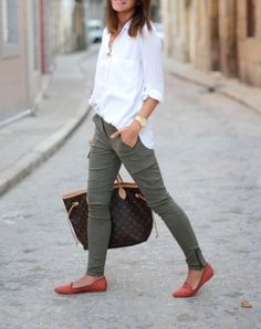 Gorgeous Casual and Comfy Work Outfits Inspiration with Flats from https://www.fashionetter.com/2017/04/13/casual-comfy-work-outfits-inspiration-flats/