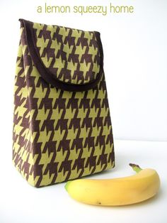 Lunch Bags you can sew - Pattern Free DIY – cute lunch bags; Learn to make your own reusable DIY bags, 33 easy tutorials for eco-friendly lunch bags. Sewing Tutorials, Sewing Projects, Sewing Patterns, Sewing Ideas, Sewing Crafts, Diy Crafts, Lunch Bag Tutorials, Sac Lunch, Lunch Box