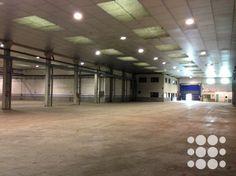 REF. P3044 - Nave apta tanto para uso industrial como logístico situada en Castellbisbal con una superficie total de 3.178m².   El inmueble dispone de puertas tipo TIR, carriles para puente grúa instalados, 100KW de potencia ampliables a 400kw, servicios de alarma, anti-incendio mediante BIES, suministros de luz dados de alta, instalación de aire comprimido, zona de oficinas, aseos y vestuarios y amplio patio vallado de 3500m².