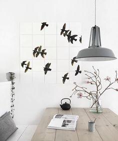 Mooi: Bankje bij de eettafel met wandje als rugleuning; HK living lampen; vogel ixxi; zwart/grijs en natuurlijk groen - lantaarnplantje? [styling & fotografie door @tanjavanhoogdalem].