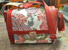 Sac Quadrille simili rouge et coton fleuri cousu par Edith - Patron Sacôtin