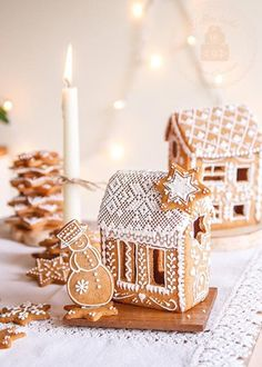 One of the best Christmas family traditions is making gingerbread houses! It's messy, it's fun, and everyone's had their share of candy and gingerbread by the end. Here are some crazy-inspiring gingerbread houses to give you ideas for this Christmas! Christmas Gingerbread House, Noel Christmas, Christmas Goodies, Christmas Treats, Christmas Baking, All Things Christmas, Winter Christmas, Christmas Decorations, Xmas