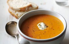 Tämä ihana italialainen tomaattikeitto on sopivan mausteinen ja suolakurkku tuo mukavaa suutuntumaa keittoon! #cremebonjoursuomi #tomaattikeitto #keitto #italialainentomaattikeitto www.cremebonjour.fi